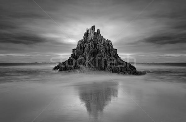 Szeszélyes piramis kő tenger boglya égbolt Stock fotó © lovleah