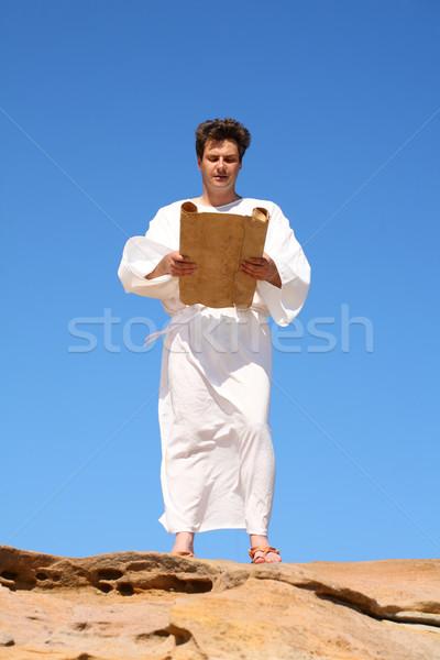 Homem robe leitura antigo branco pergaminho Foto stock © lovleah