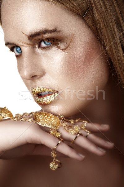 Frau Gold Blatt Lippen Armband sichtbar Stock foto © lubavnel