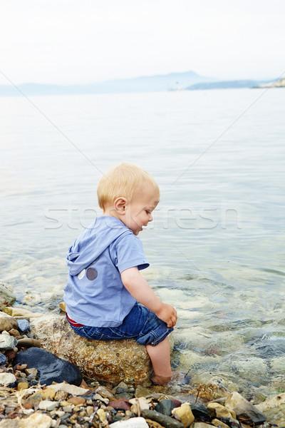 Kicsi fiú tenger szőke egyéves ül Stock fotó © lubavnel