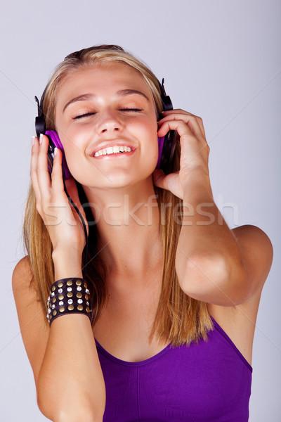 Jonge vrouw luisteren naar muziek mooie jonge blond vrouw Stockfoto © lubavnel