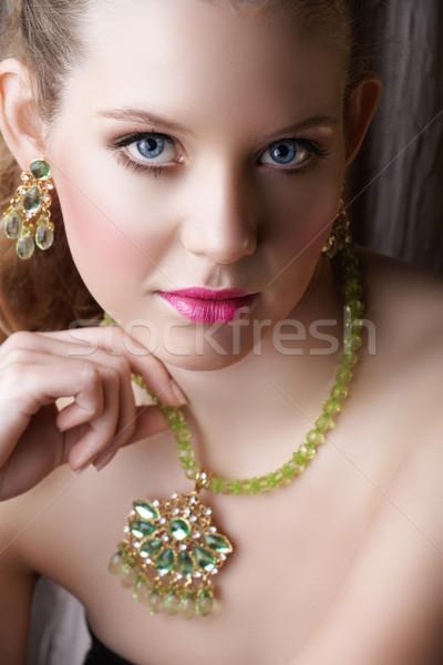 Blond piękna kobieta zielone piękna kobieta naszyjnik Zdjęcia stock © lubavnel