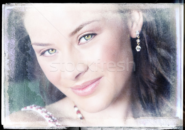 Souriant brunette grunge femme souriante yeux verts vintage Photo stock © lubavnel