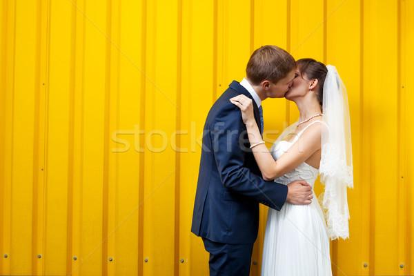 Sposa lo sposo bacio muro giallo amore Foto d'archivio © luckyraccoon