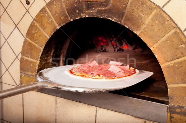 Gebakken pizza brand oven traditioneel hand Stockfoto © luckyraccoon