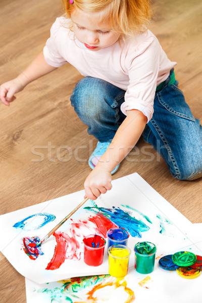 Cute pequeño nina pintura cepillo Foto stock © luckyraccoon