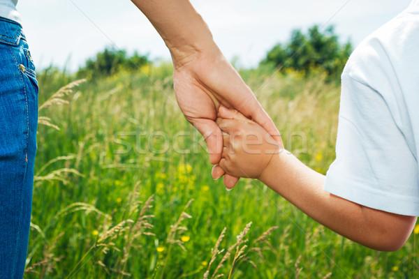 Madre mano hijo aire libre manos Foto stock © luckyraccoon
