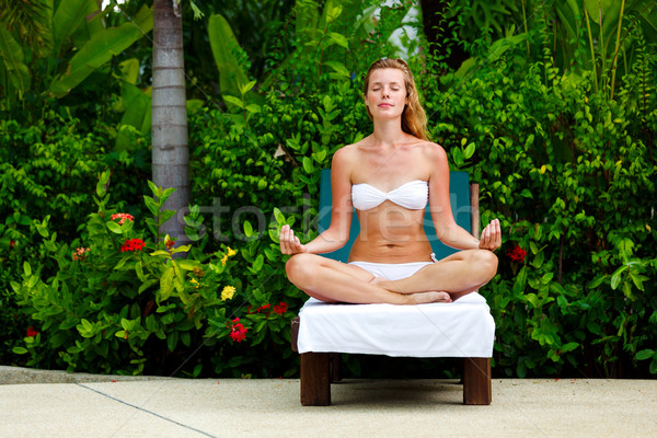 Jeune femme séance Lotus poste belle mains Photo stock © luckyraccoon