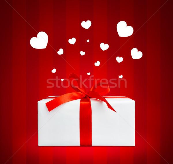 Apresentar caixa pequeno corações voador Foto stock © luckyraccoon