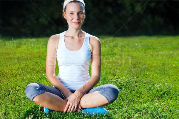 Mulher jovem esportes roupa sessão grama verde mulheres Foto stock © luckyraccoon