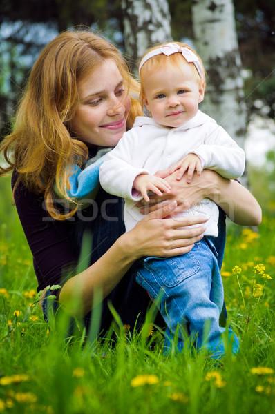 Jonge moeder weinig baby park meisje Stockfoto © luckyraccoon