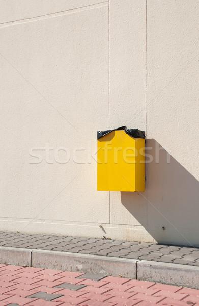 мусорный ящик желтый подвесной стены городского тротуаре Сток-фото © luissantos84