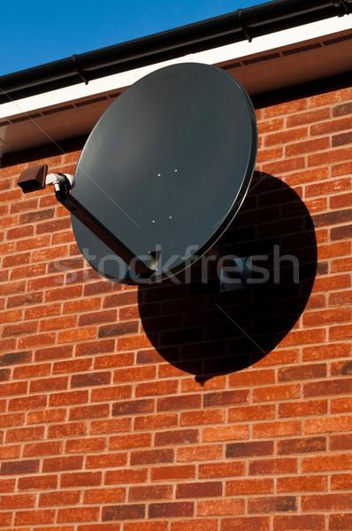 Schotelantenne zwarte bevestigd muur woon- huis Stockfoto © luissantos84