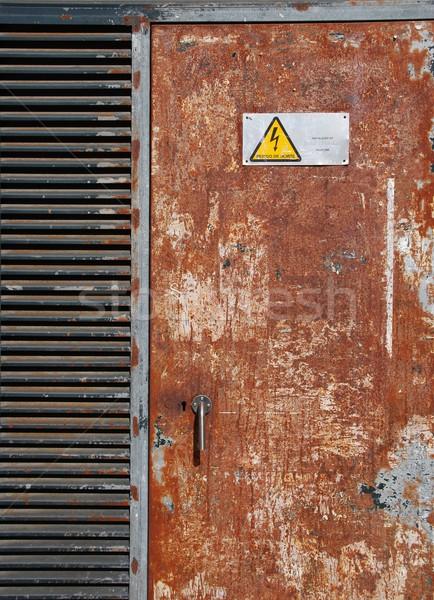 Alta tensione segno arrugginito porta pericolo metal Foto d'archivio © luissantos84
