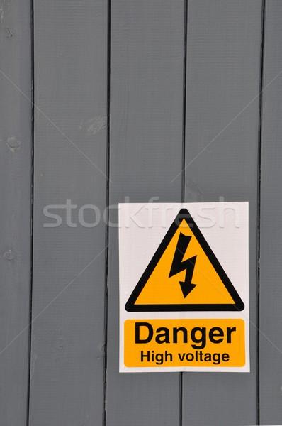 Alta tensione segno di pericolo pericolo giallo segno legno Foto d'archivio © luissantos84