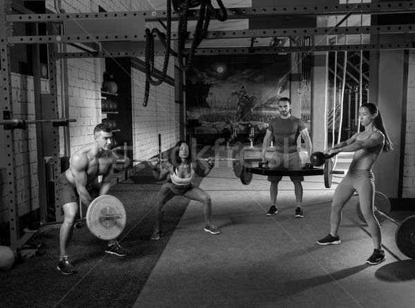 Gymnasium groep gewichtheffen training mannen meisjes Stockfoto © lunamarina
