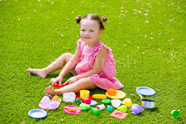 Kid fille jouer alimentaire jouets Photo stock © lunamarina
