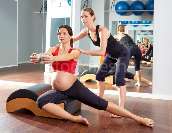 Mulher grávida pilates lado exercer exercício ginásio Foto stock © lunamarina