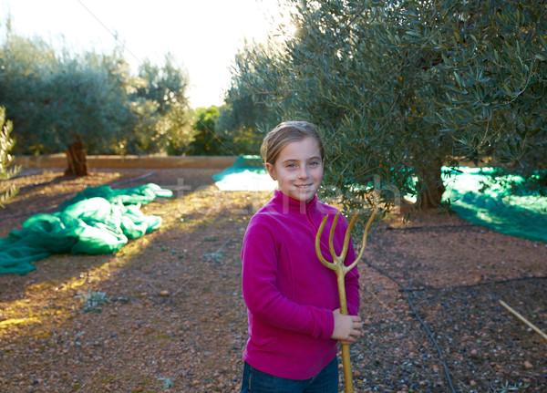 Olajbogyók aratás gazda gyerek lány szőlőszüret Stock fotó © lunamarina