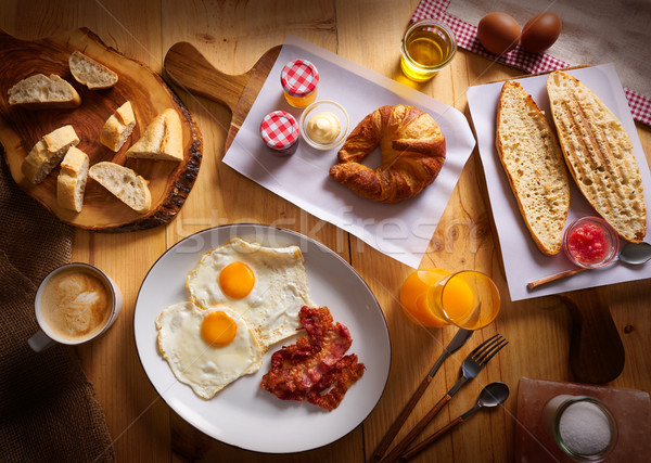 Kontinentális reggeli croissant tojások szalonna kenyér szeletek Stock fotó © lunamarina