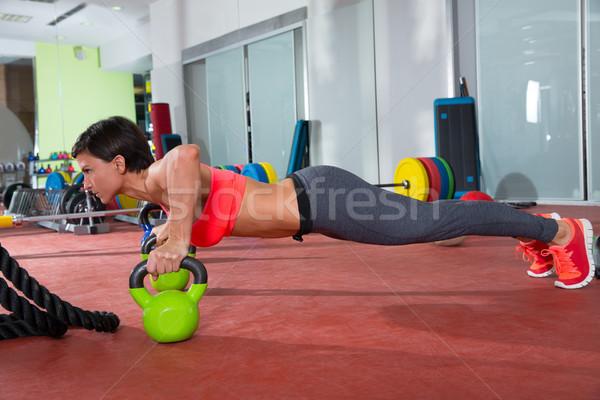 Crossfit kobieta fitness pompek wykonywania siłowni treningu Zdjęcia stock © lunamarina