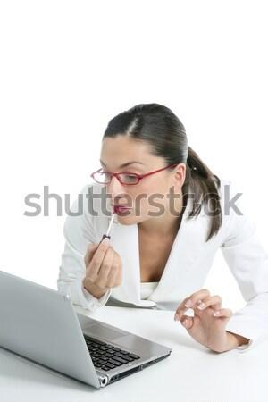 Femme d'affaires rouge à lèvres rouge portable utilisant un ordinateur portable écran femme Photo stock © lunamarina