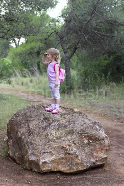 Explorador nina forestales parque búsqueda mano Foto stock © lunamarina