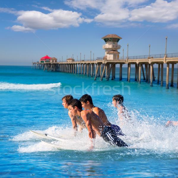 Tinédzser szörfösök fut ugrik szörfdeszkák szörfözik Stock fotó © lunamarina