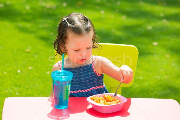 Kid meisje eten macaroni tomaat Stockfoto © lunamarina