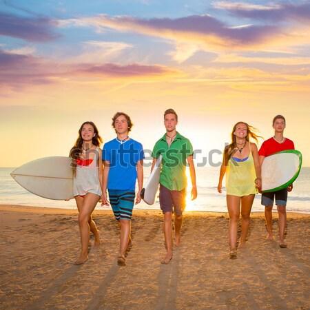 Surfistas meninos meninas grupo caminhada praia Foto stock © lunamarina