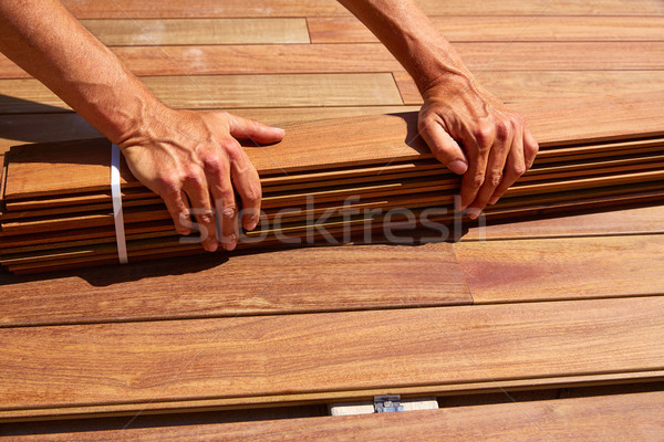 Cubierta madera instalación manos textura casa Foto stock © lunamarina
