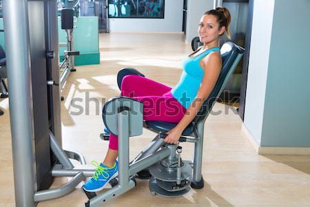 Machine vrouw training gymnasium kabel oefening Stockfoto © lunamarina