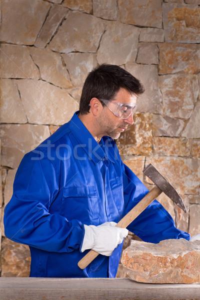 Albañilería albañil hombre martillo de trabajo muro de piedra Foto stock © lunamarina