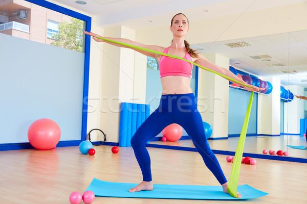 Pilates mulher em pé elástico exercer exercício Foto stock © lunamarina