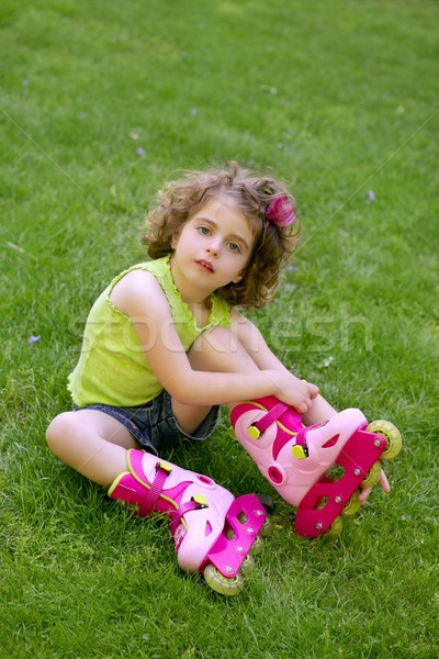 Dziewczynka siedzieć trawy łyżwy piękna parku Zdjęcia stock © lunamarina