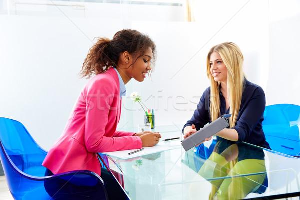 üzletasszonyok interjú megbeszélés többnemzetiségű szőke ül Stock fotó © lunamarina