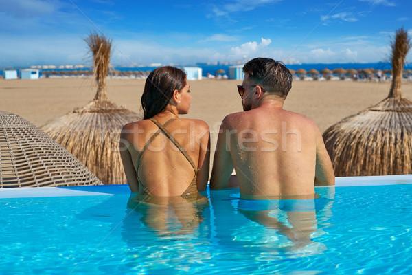 Toeristische paar oneindigheid zwembad achteraanzicht bad Stockfoto © lunamarina
