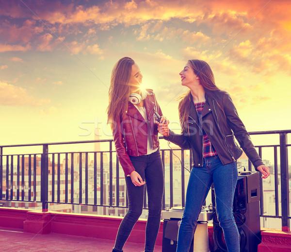 Amigos banda cantando karaoke telhado terraço Foto stock © lunamarina