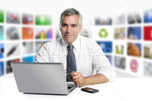 Grijs haar tv nieuws scherm laptop glimlachend Stockfoto © lunamarina