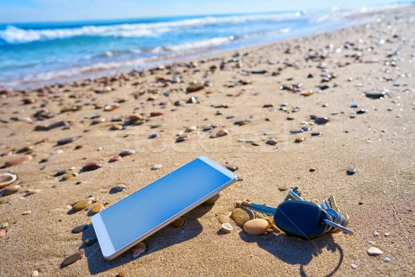 Téléphone portable clés de voiture plage de sable mobiles téléphone portable vacances Photo stock © lunamarina