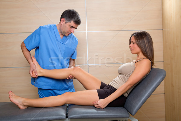 Onderzoek knie gezamenlijk arts vrouw patiënt Stockfoto © lunamarina