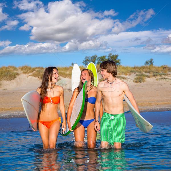 Glücklich teen Surfer sprechen Strand Ufer Stock foto © lunamarina