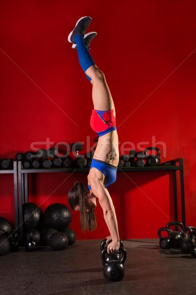Handstand kobieta treningu czerwony siłowni Zdjęcia stock © lunamarina