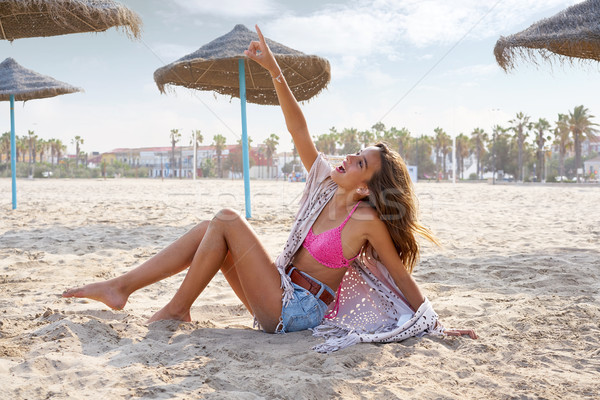 Teen girl plaży wskazując palec niebo szczęśliwy Zdjęcia stock © lunamarina