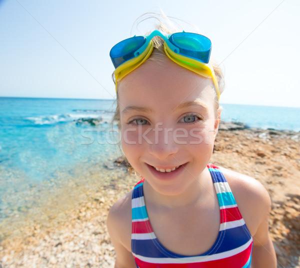 Gyerek vicces lány széles látószögű tengerpart portré Stock fotó © lunamarina