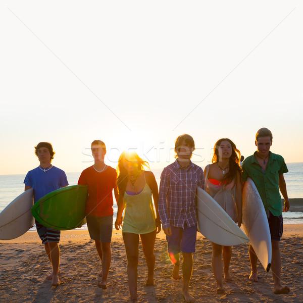Surfeurs garçons filles groupe marche plage Photo stock © lunamarina