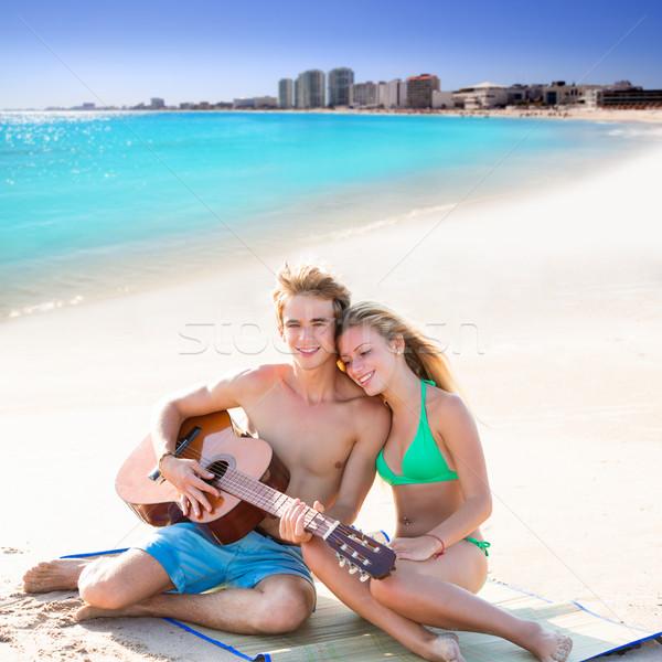 Blond toeristische paar spelen gitaar strand Stockfoto © lunamarina
