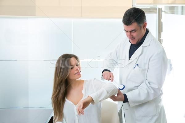 Médico cotovelo reflexo martelo mulher paciente Foto stock © lunamarina