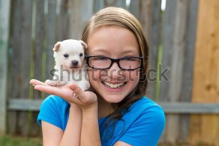 Foto stock: Menina · jogar · cachorro · animal · de · estimação · cão · quintal