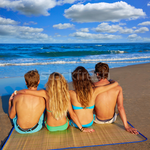 друзей группа пары сидят песчаный пляж задний Сток-фото © lunamarina